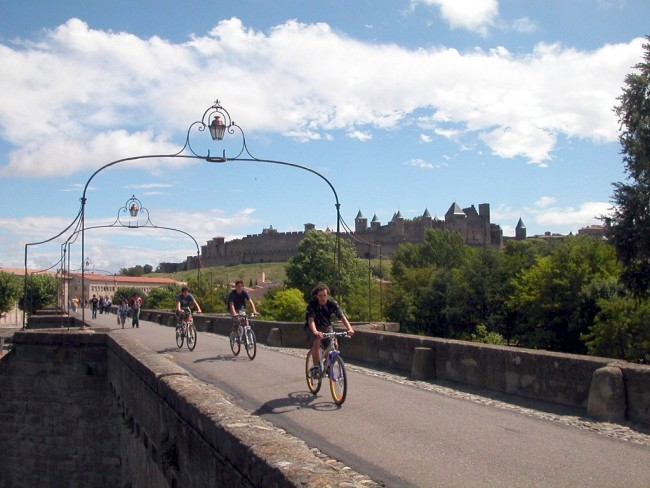 Bike tour across the Pont Vieux | © Karoly Lorentey/Flickr