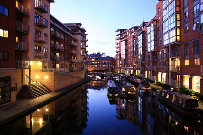Birmingham canalside apartments at dusk | © Flowizm/Flickr