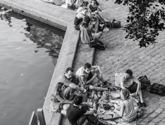 Picnic on the Canal | © Jose Losada/Flickr