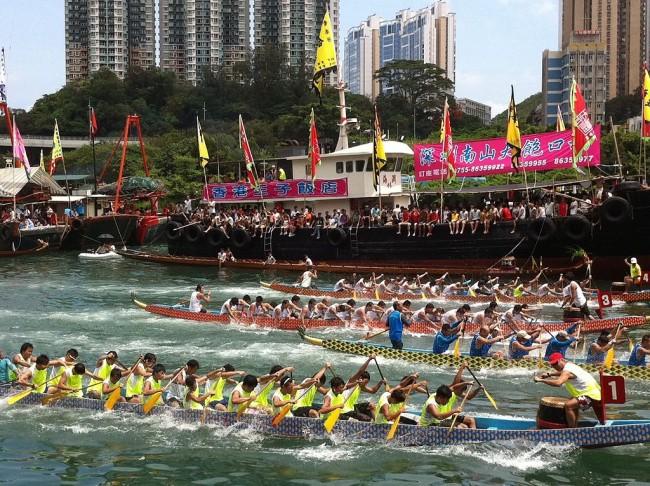 Dragon boat racing in Hong Kong © Atmhk, wikicommons