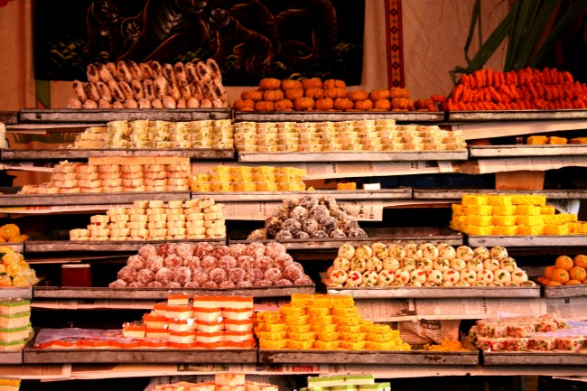 Street shops for sweets, mithai Rajasthan India | © Felipe Skroski/WikiCommons