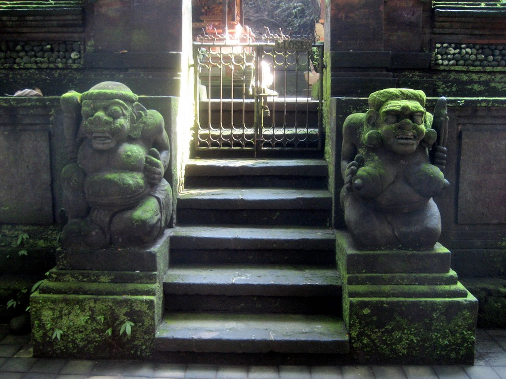 Statues in the Monkey Sanctuary|©kaeru/Flickr