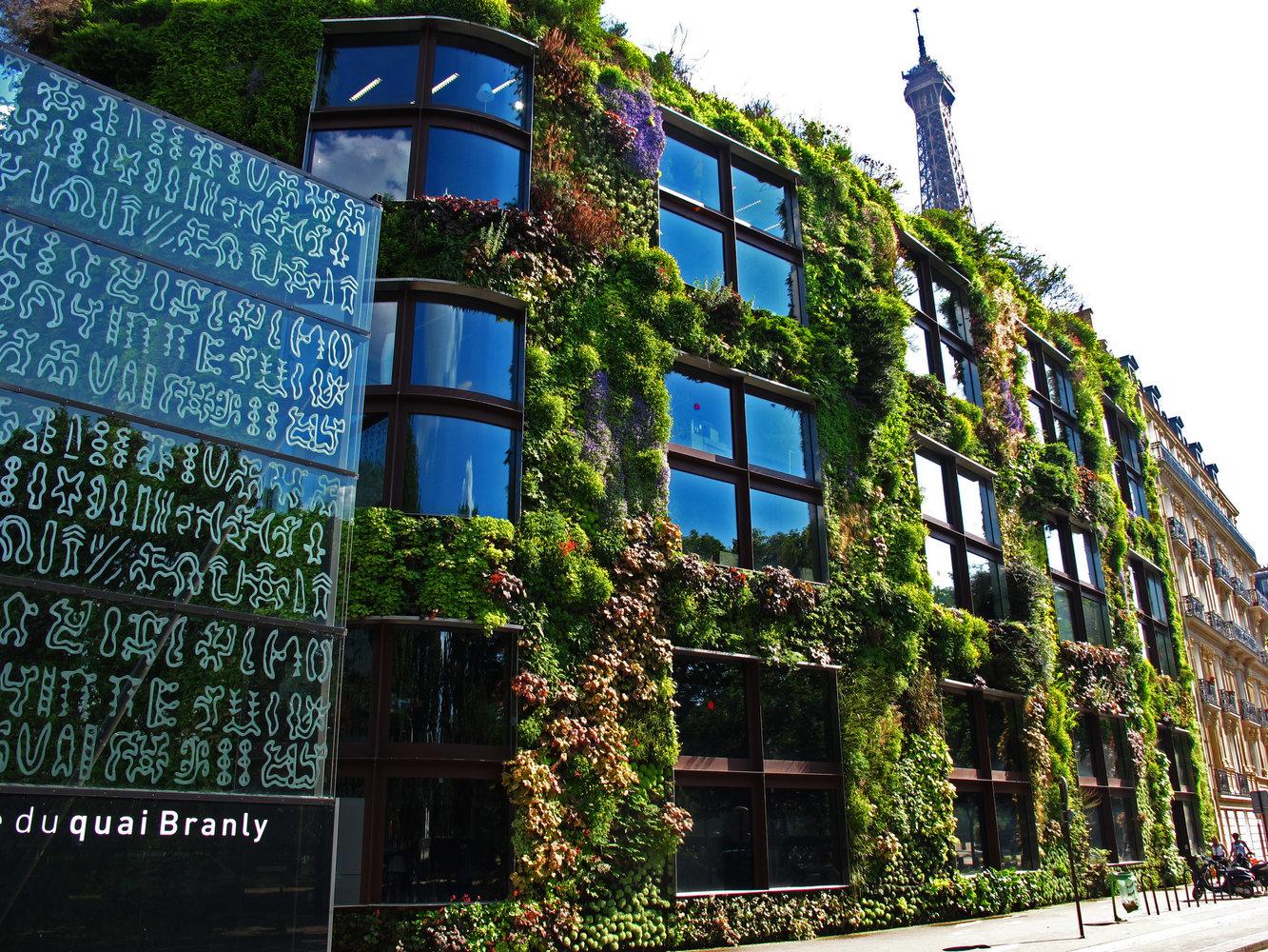 Musée du Quai Branly, Façade verre, Mur végétal, immeuble Hassmannien et Tour Eiffel, May 2012 | Courtesy of Patrick Blanc