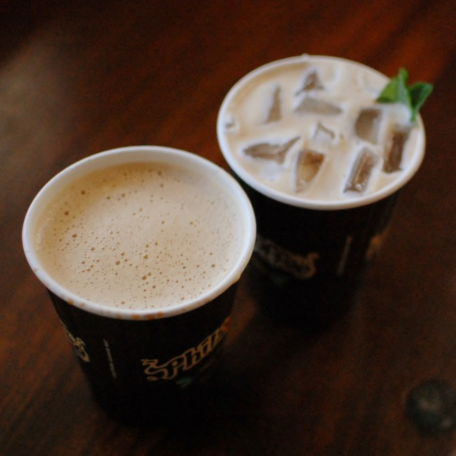 Philz Mint Mojito Iced Coffee and a latte | © jen/Flickr