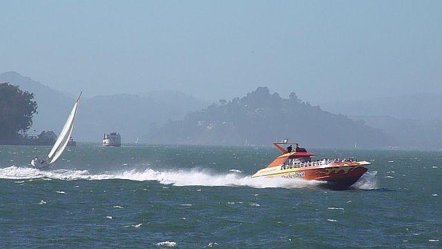 RocketBoat speeding on SF Bay © Wikih101/Wikimedia Commons