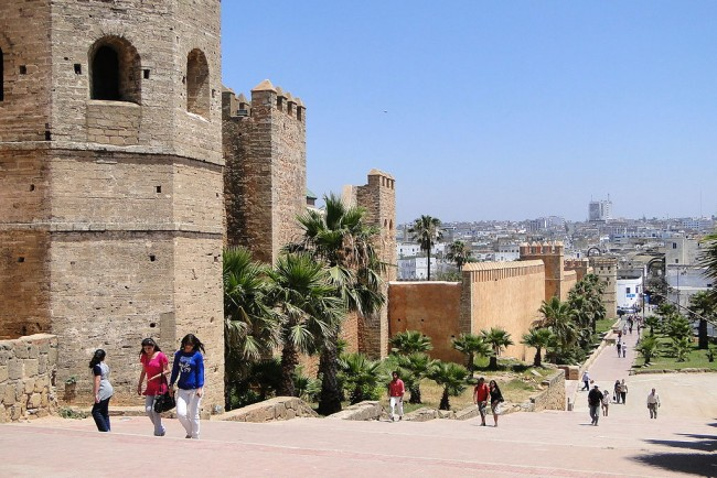 Pedestrians_and_Kasbah_Walls-¬¬Rabat-Morocco | © WikiCommons