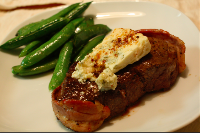 Filet Mignon with Blue Cheese|©Naotake Murayama