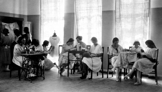 Sewing Class with Ms Epshtein at the Hebrew Reali School © Unknown / Wikipedia