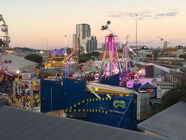 Sideshow_Alley_at_dusk,_Ekka,_Brisbane,_2015_02