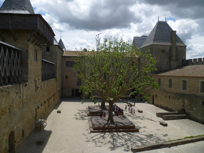 The inner courtyard of the castle of Carcassone | © Lisa Stevens/Flickr