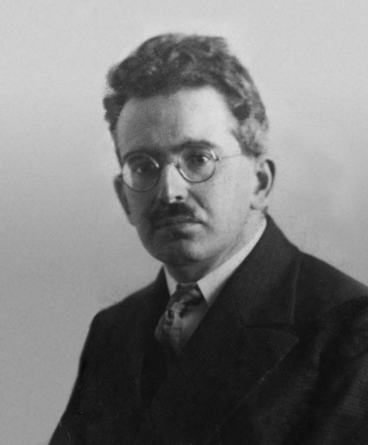 https://commons.wikimedia.org/wiki/File:Walter_Benjamin_vers_1928.jpg