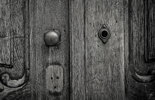 Looking through the keyhole | © Ferobanjo / Pixabay