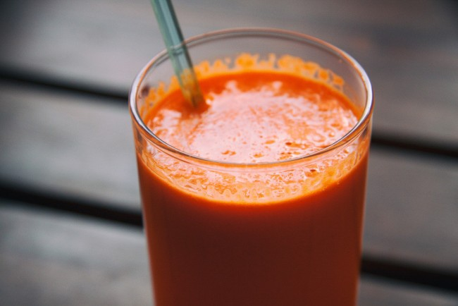 Fresh carrot and apple juice | © Barn Images/Flickr