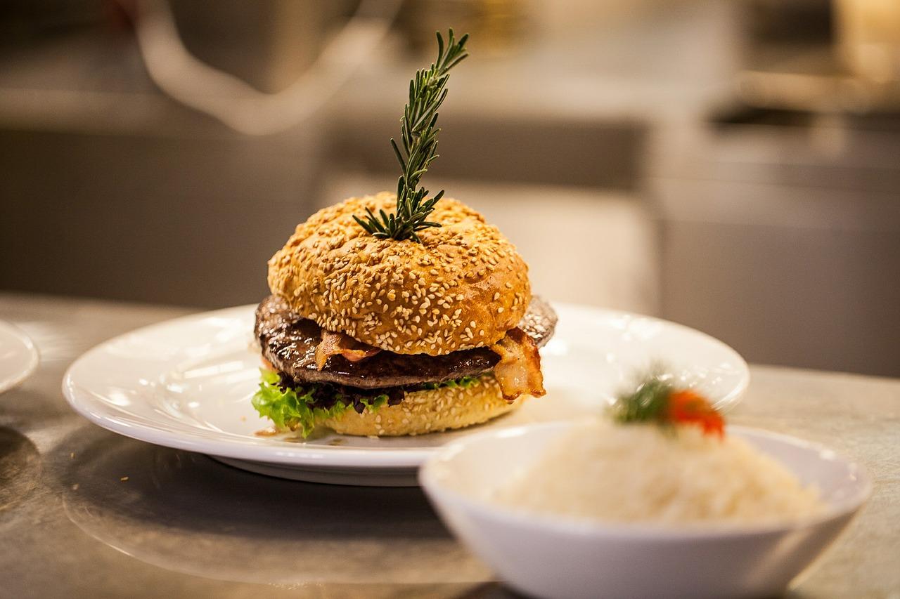 Hamburger, Gourmet style  © olafBroeker/Pixabay