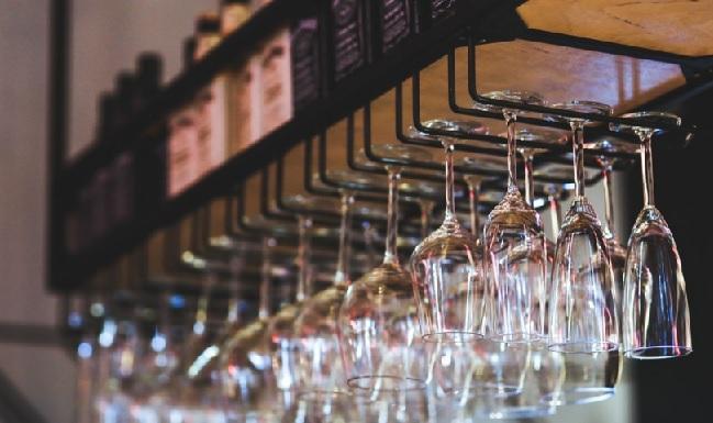 Hanging Wine Glasses | © Karolina Grabowska/Pexels