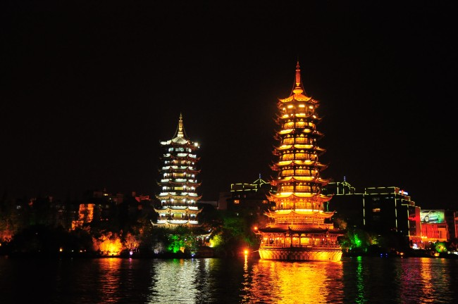 Sun and Moon Pagodas, Guilin / China | © martin/Flickr