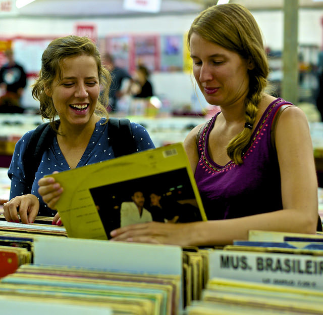 Choosing Vinyl music| © Pedro Ribeiro Simões/Flickr