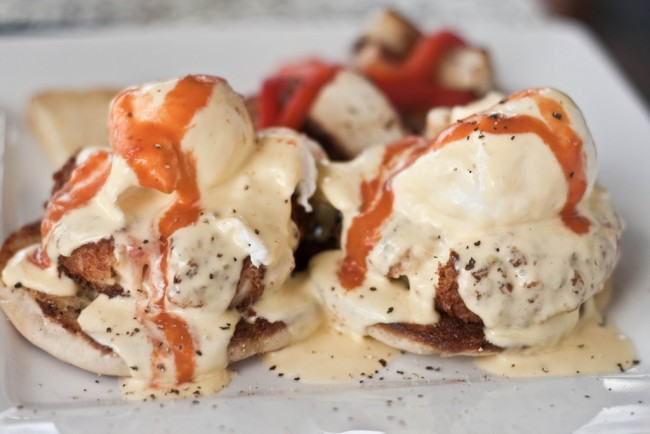 Eggs benedict with crab cakes | © Kai Chan Vong/Flickr