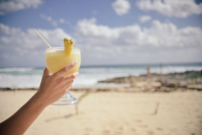 Cocktail at the beach © stokpic.com/pexels