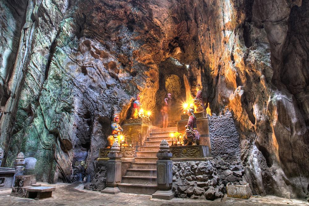 Buddhist pagoda in Huyen Khong cave on Marble Mountain | © Pioneron/Shutterstock