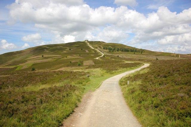 Offa's Dyke Path Approaching Moel Famau |© Jeff Buck / Geograph