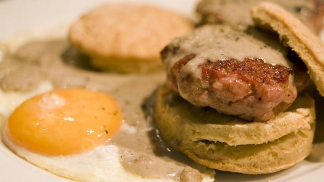 2010-09-26_Biscuits-and-Sausage-Gravy| © Tavallai/Flickr
