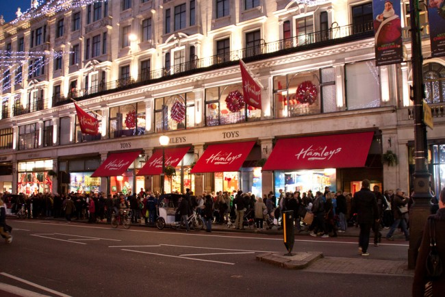 Crowds outside Hamelys, Regent Street, London | © Brian/Flickr