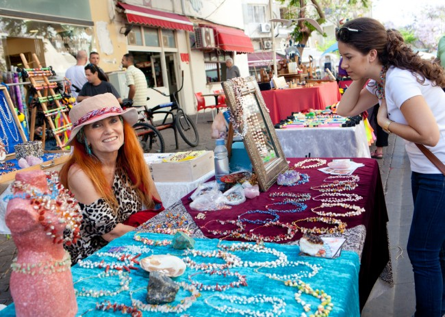 Jewlery Vendor at Nachlat Binyamin © Israeltourism/Flickr