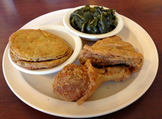 Chicken, fried green tomatoes and vegetables | © LWYang/Flickr