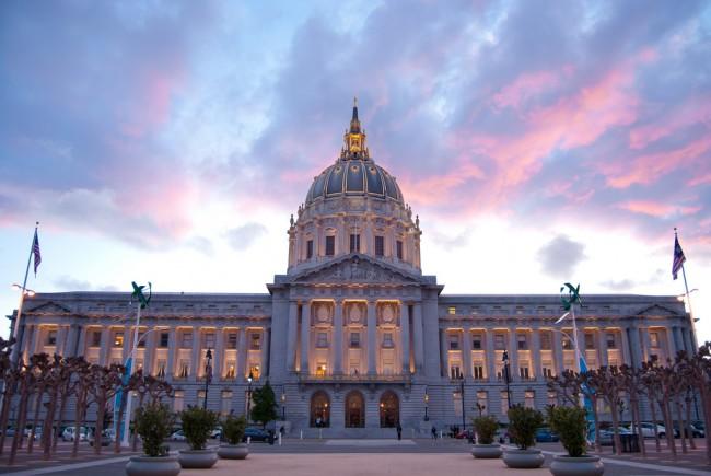 Civic Center's City Hall © Sergio Ruiz/Flickr