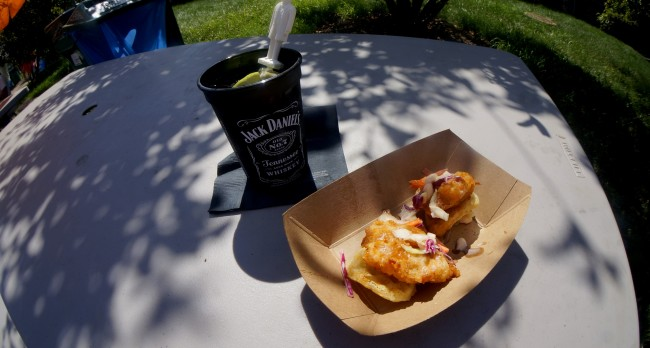 Chicken and waffles with a Jack and cola | © CestLaVibe.com