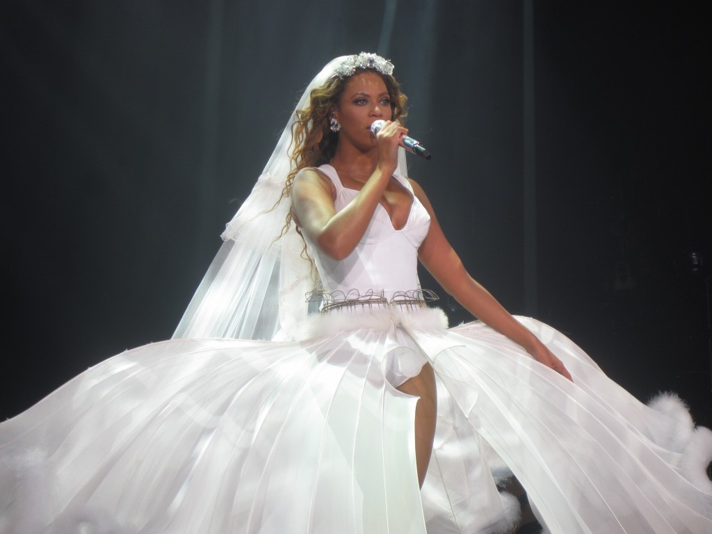 Beyonce on tour in a dress designed by Thierry Mugler © idrewuk/WikiCommons