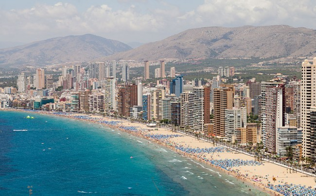 Playa de Levante, Benidorm, España | © Diego Delso/Wikimedia Commons
