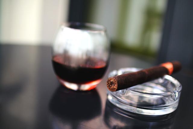 Drink and a cigar © Stocksnap/pixabay