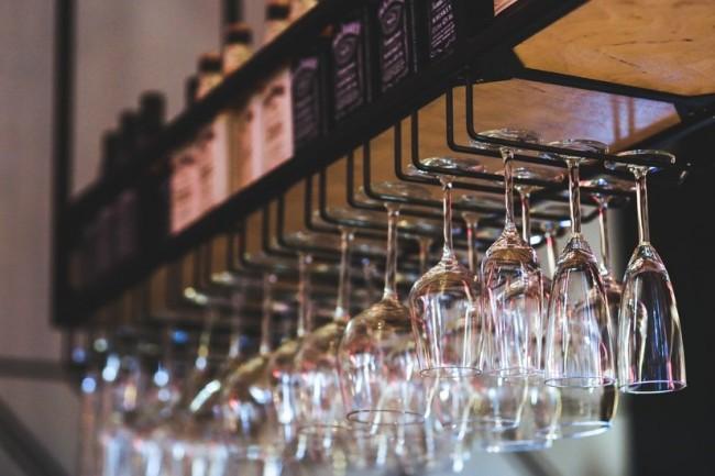 Hanging Wine Glasses © Karolina Grabowska | Pexels