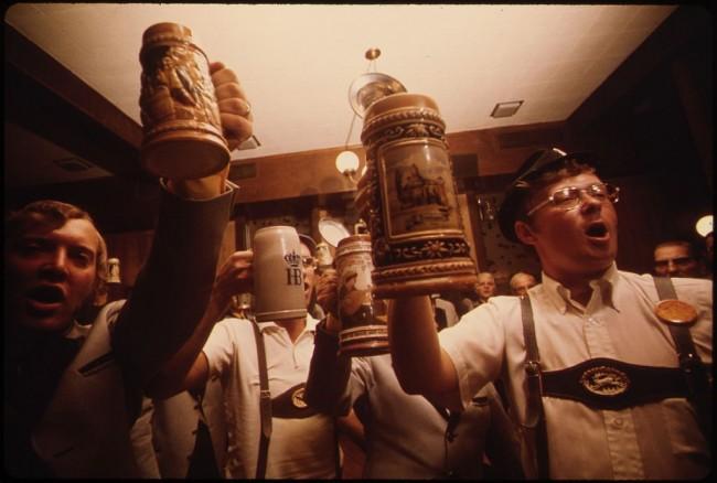 Beer steins are raised | ©Flip Schulke / wikicommons