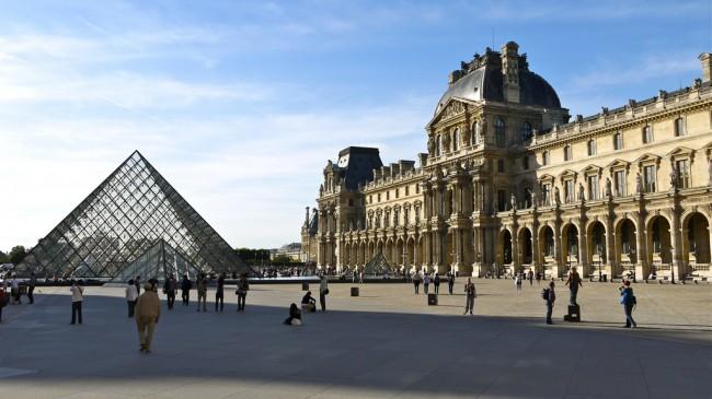 P1080354 France, Paris, le Palais du Louvre : la pyramide et l'aile Richelieu construite sous Napoléon III