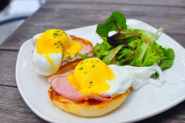 Find eggs Benedict like this at Frenchie to go| © Flickr/JH Tan