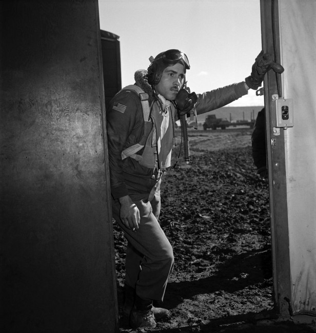 Tuskegee airman Edward M. Thomas of Chicago, IL, Class 43-J – photo by Toni Frissell | © Toni Frissell/WikiCommons