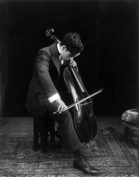Chaplin playing the cello in 1915 © Howcheng | WikiCommons