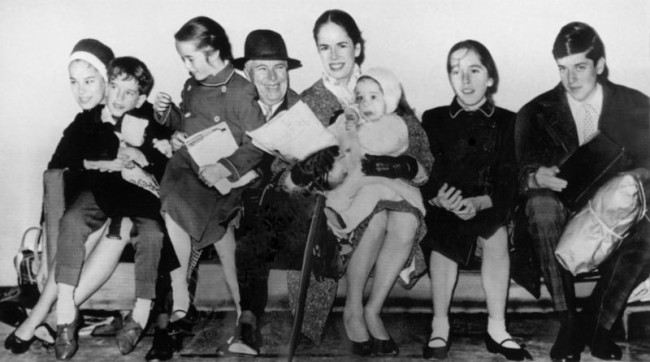 Charlie Chaplin with his fourth wife Oona and six of their eight children © Associated Press Photographer | WikiCommons