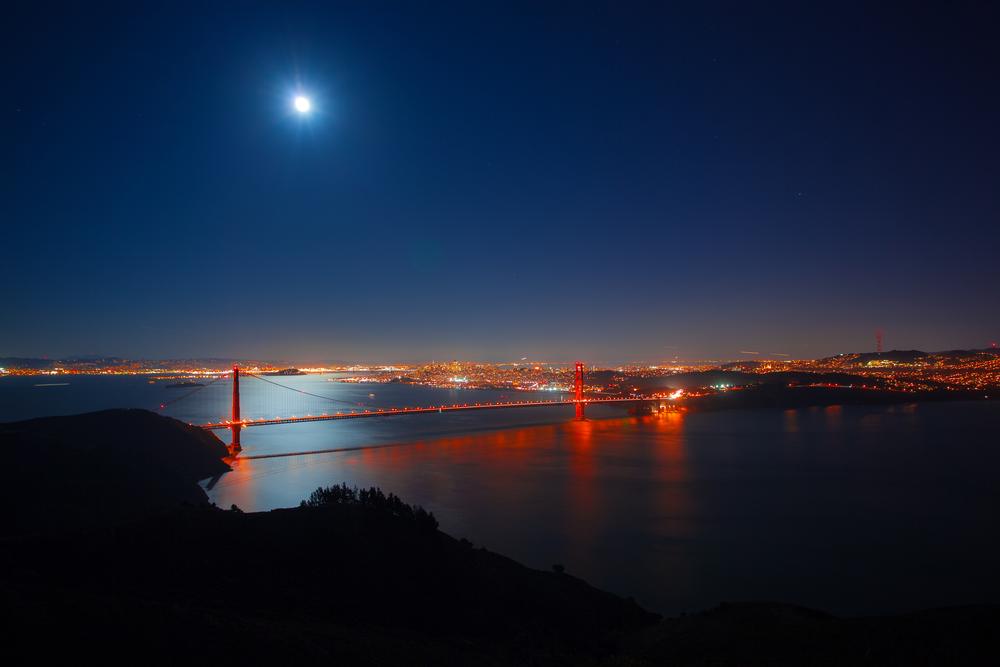 Golden Gate Bridge at night © Radoslaw Lecyk / Shutterstock