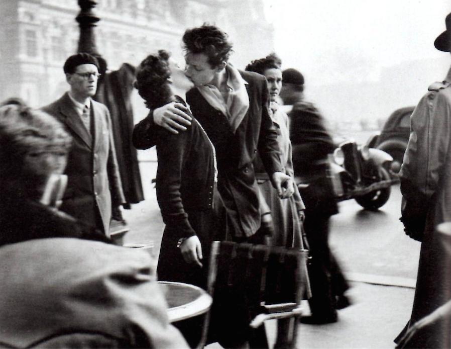 Robert Doisneau Kiss by the Hotel de Ville 1950| © Ur Cameras/Flickr