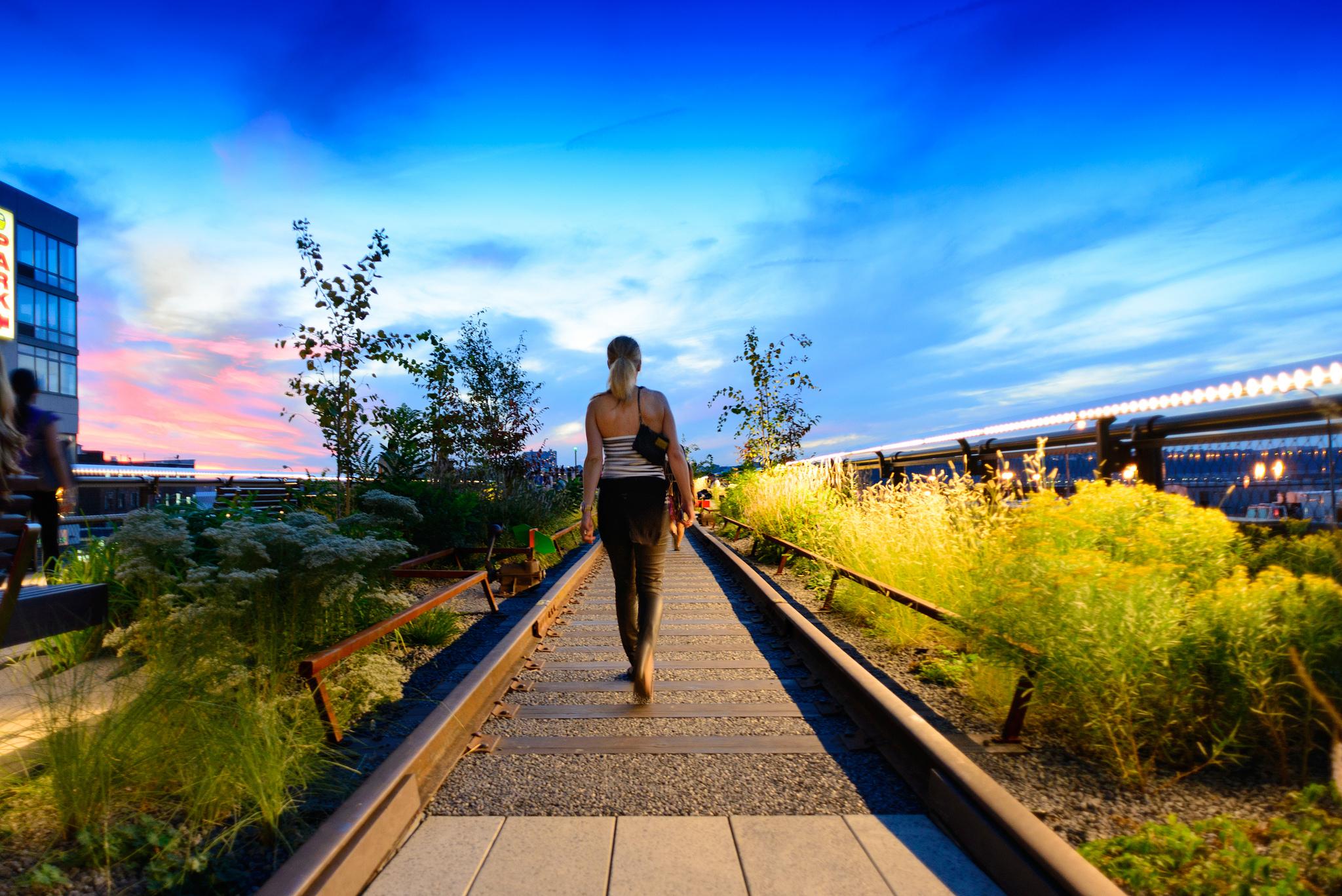 Walking the High Line at Sunset | © Ashu Mathura/Flickr