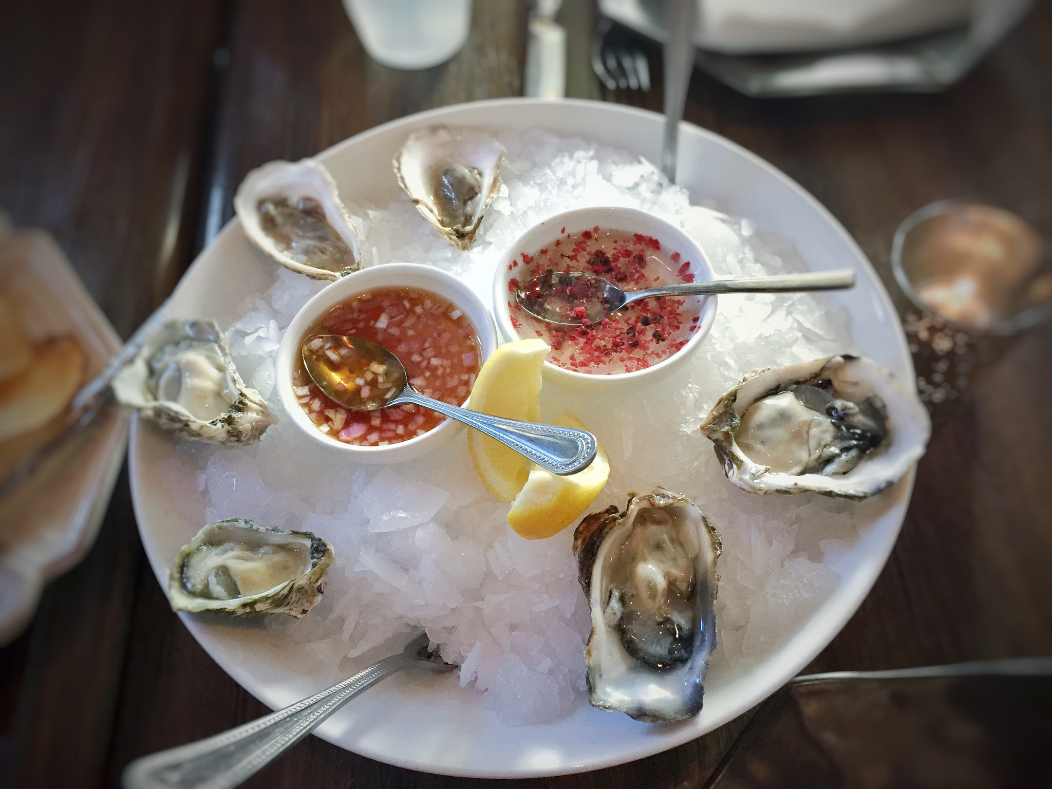 Kumamoto and malpeque oysters, g.p. pink peppercorn and yuzukosho | © T.Tseng/Flickr