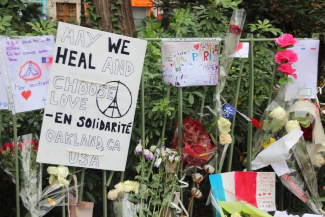 Posters and flowers left to commemorate the Paris attacks|© Takver/Flickr