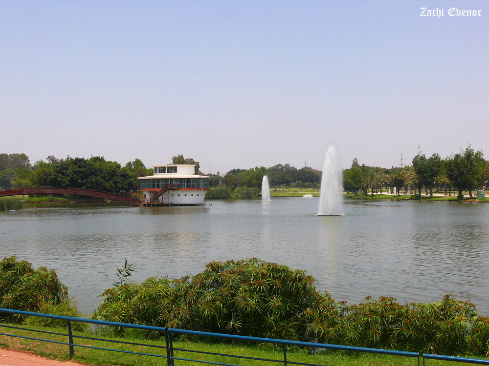 Large expanses of grass surrounding a beautiful fountain, it's the perfect spot for an afternoon with your favorite book © Zachi Evenor / Flickr