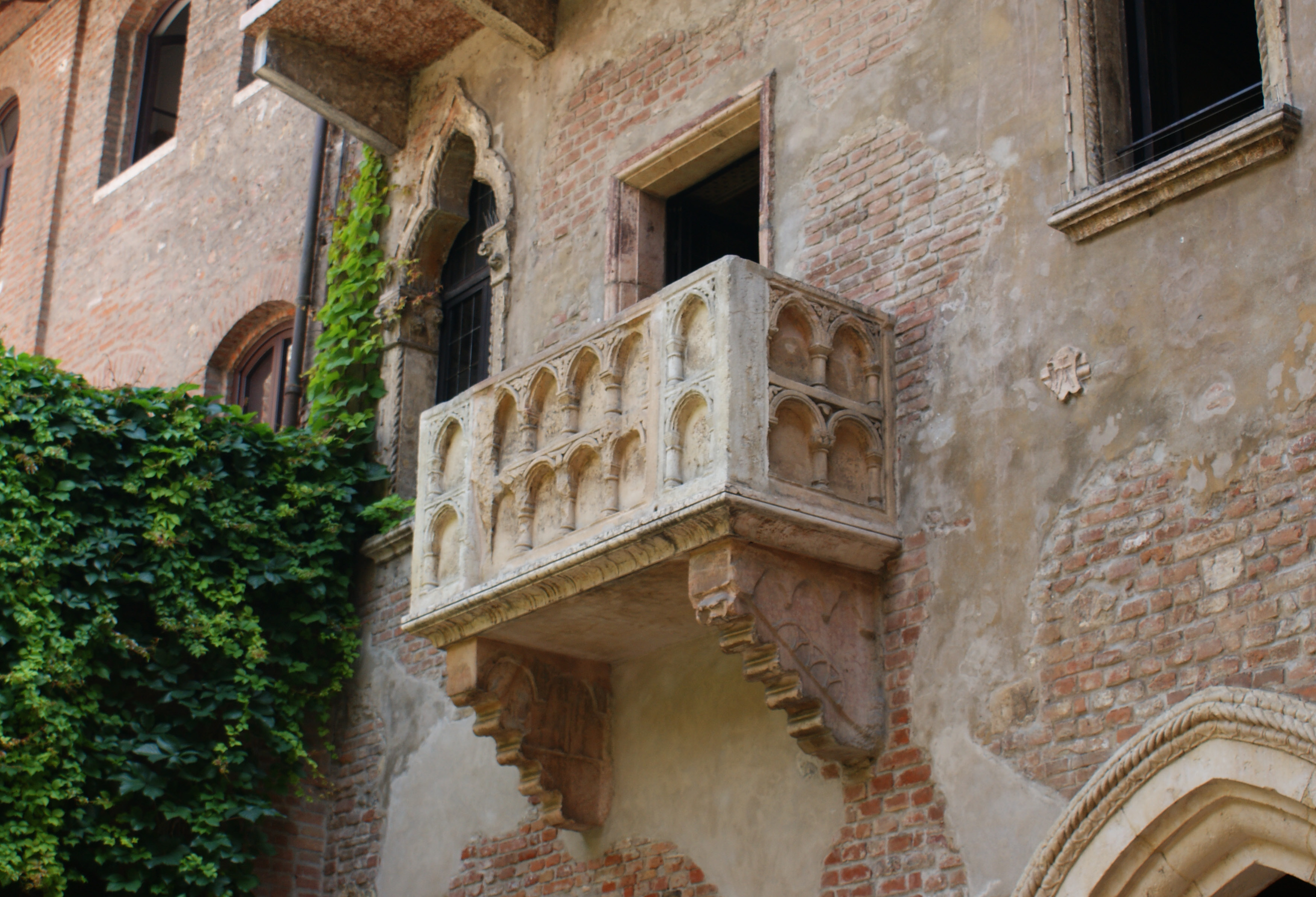 Shakespeare in verona the home of romeo juliet for Italian balcony