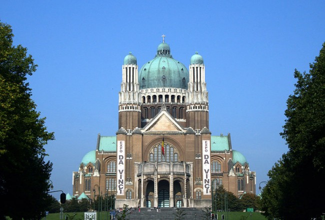 Basilica of the Sacred Heart, during the international Da Vinci exposition from 2007 - 2008 |© Wiki Commons/Niels Mickers