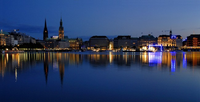 Hamburg by night via Wikicommons